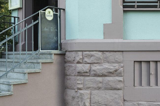 Treppe mit Hauswand
