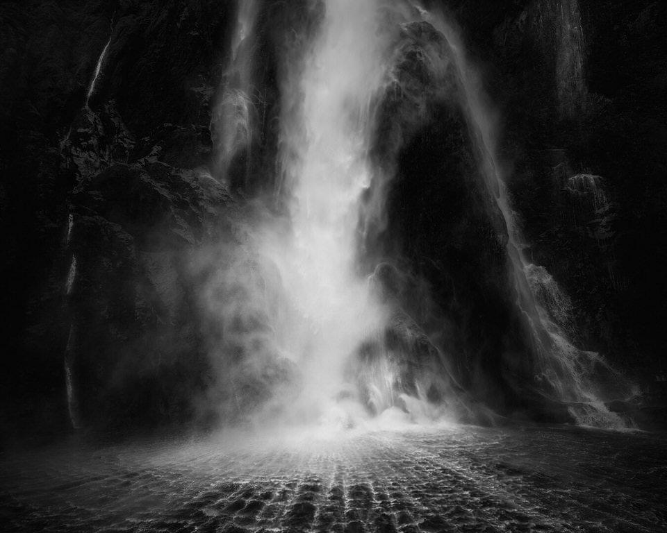 Wasserfall in schwarzweiß