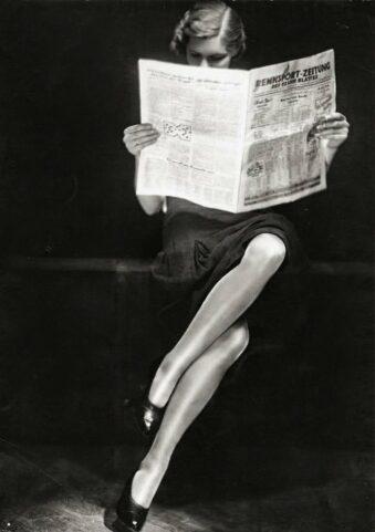 Zeitung lesende Frau