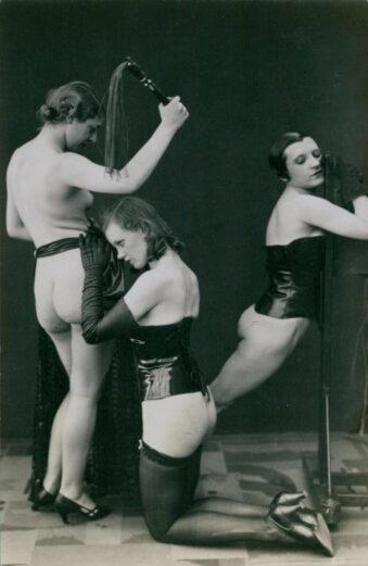 Fetischaufnahme, drei Frauen mit Peitsche