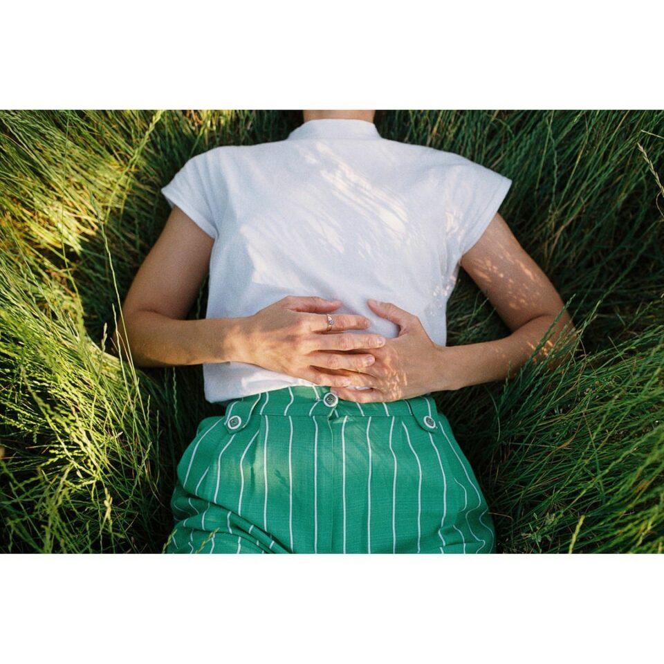 Person liegt im hohen Gras