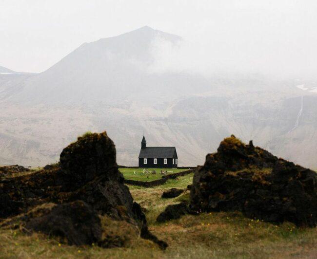 Kirche vor einem Berg