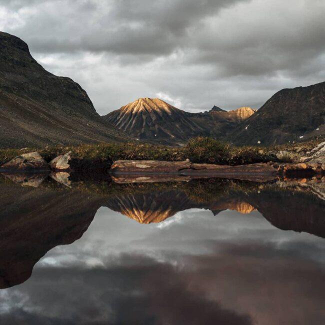 Berg spiegelt sich in einem See