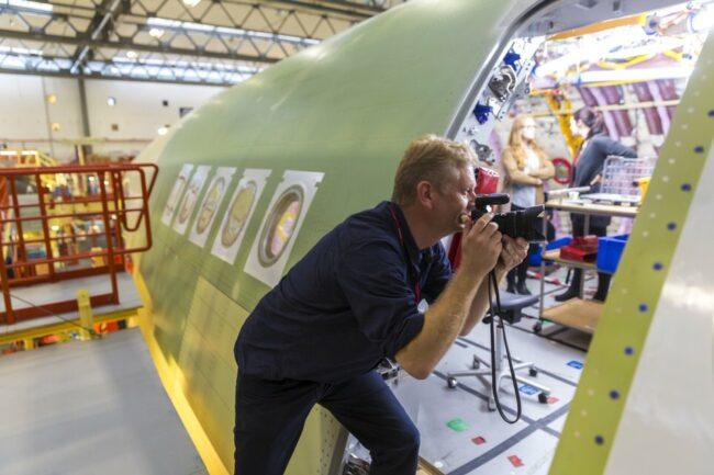 Mann fotografiert in einstehendes  Flugzeug