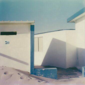 Gebäude zwischen Sanddünen