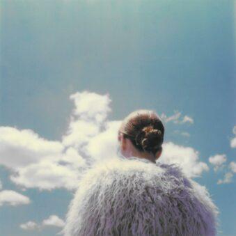 Person vor Himmel mit Wolken
