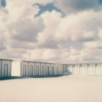 Kabinen unter Himmel voller Wolken