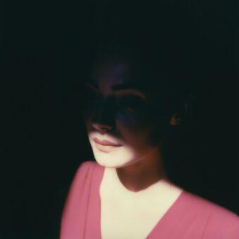 Gesicht, halb im Licht, halb im Schatten