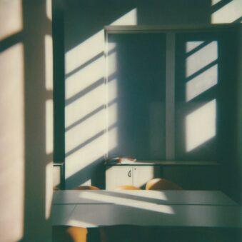 Licht- und Schattenstreifen in einem Raum
