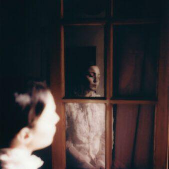 Spiegelung einer Person in einem Fenster