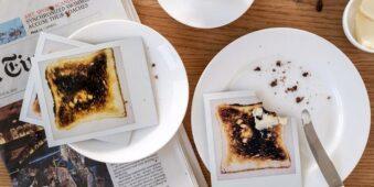 Polaroids von verbrannten Toastscheiben auf Tellern