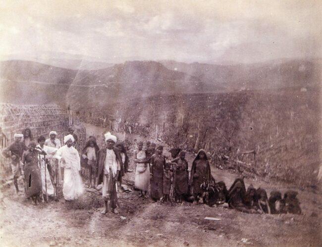 Portrait einer Gruppe Arbeiter vor weiter Landschaft