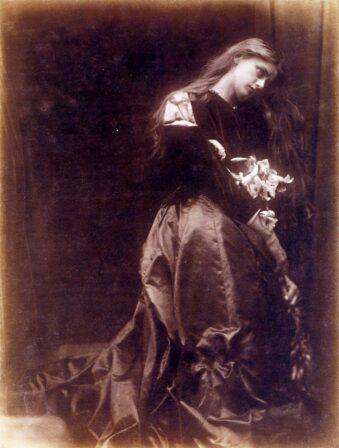 Portrait Frau in wallendem Kleid