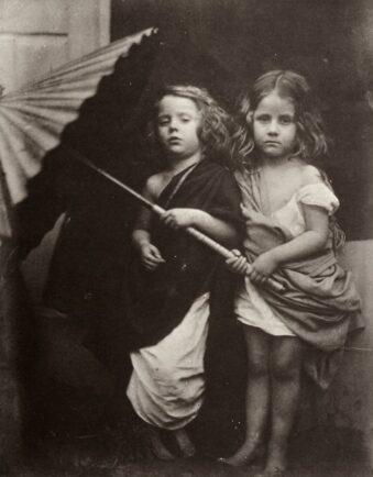 zwei Kinder mit Sonnenschirm