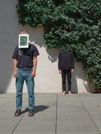 Mann mit dem Kopf in Efeu und ein Mann mit einem Foto von Efeu im Gesicht