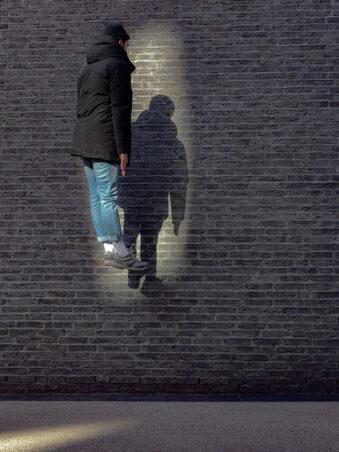 Person schebt im Lichtschein