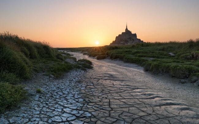 Trockener Boden vor einer Burg im Hintergrund