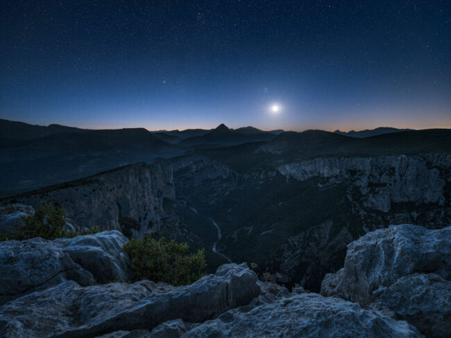 Mond über einer Landschaft