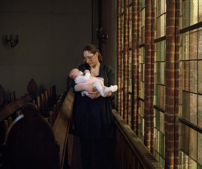 Frau mit Baby in einer Kirche