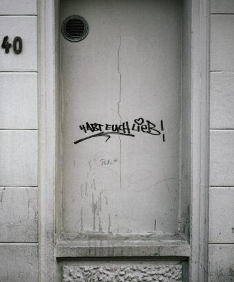 """Schriftzug """"Habt euch lieb"""" an einer Hauswand"""