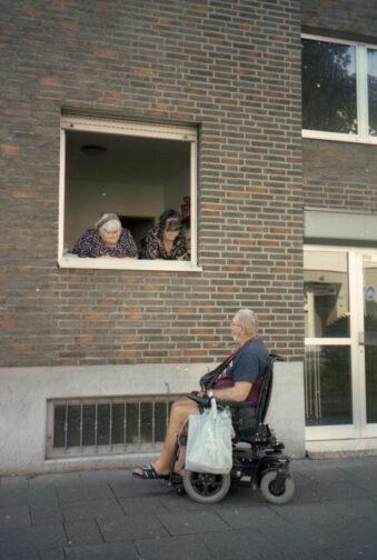 Menschen schauen aus einem Fenster