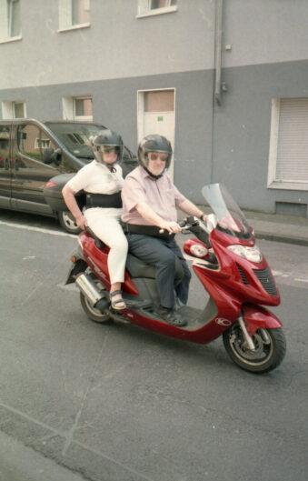 Zwei Menschen auf einem Motorrad