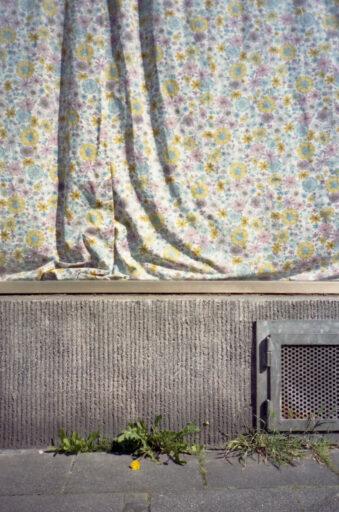 Vorhang an einem Bürgersteig