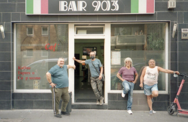 Menschen vor einer Bar