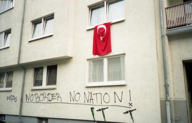Türkische Flagge über einem Gafitti