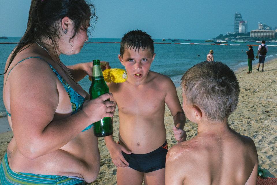 Ein Kind bekommt einen Maiskolben