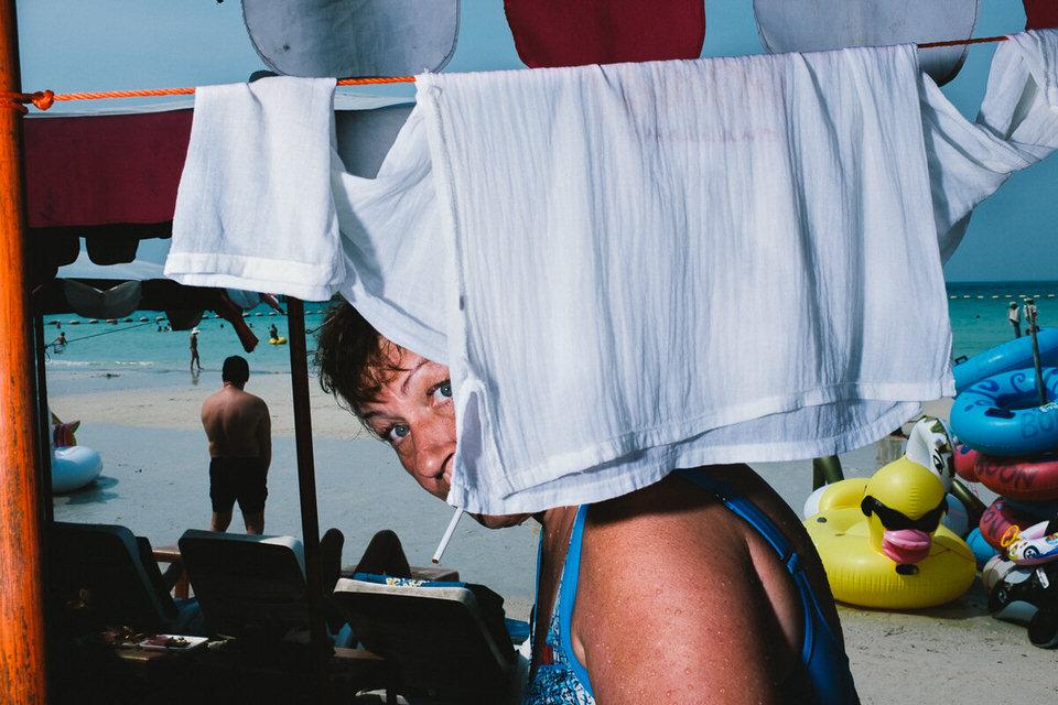 Eine Frau zwischen aufgehangenen Wäschestücken